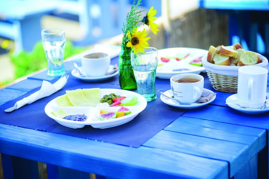Mesa con comida veggie de Hostal Dharma