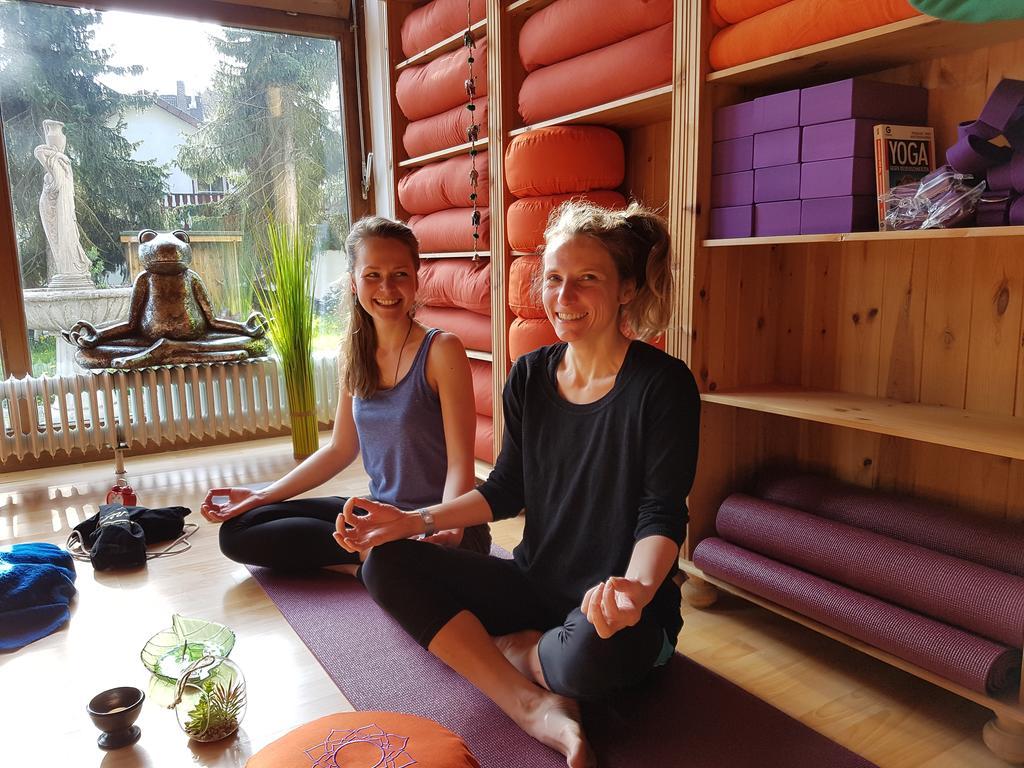 Chicas mediatando y haciendo yoga en Hotel Naturkost