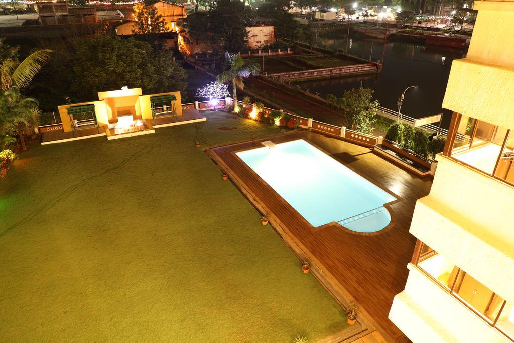 Piscina iluminada Hotel Patang Lords Eco