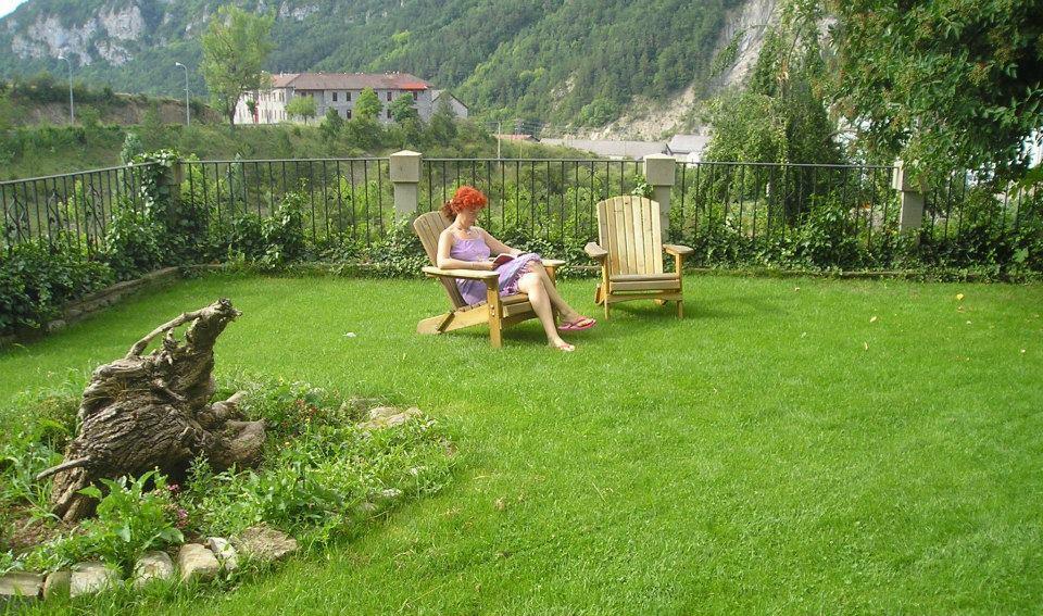 Chica leyendo en el jardín de Posada magoría
