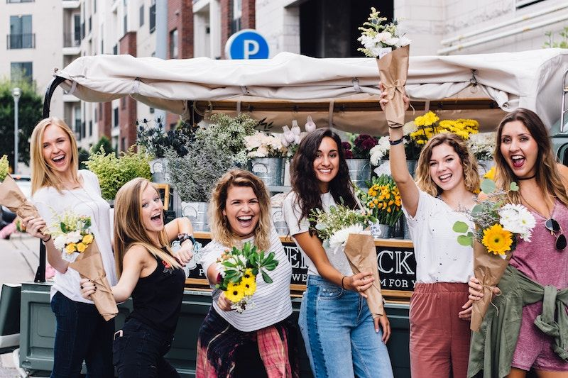 Chicas con flores riendo