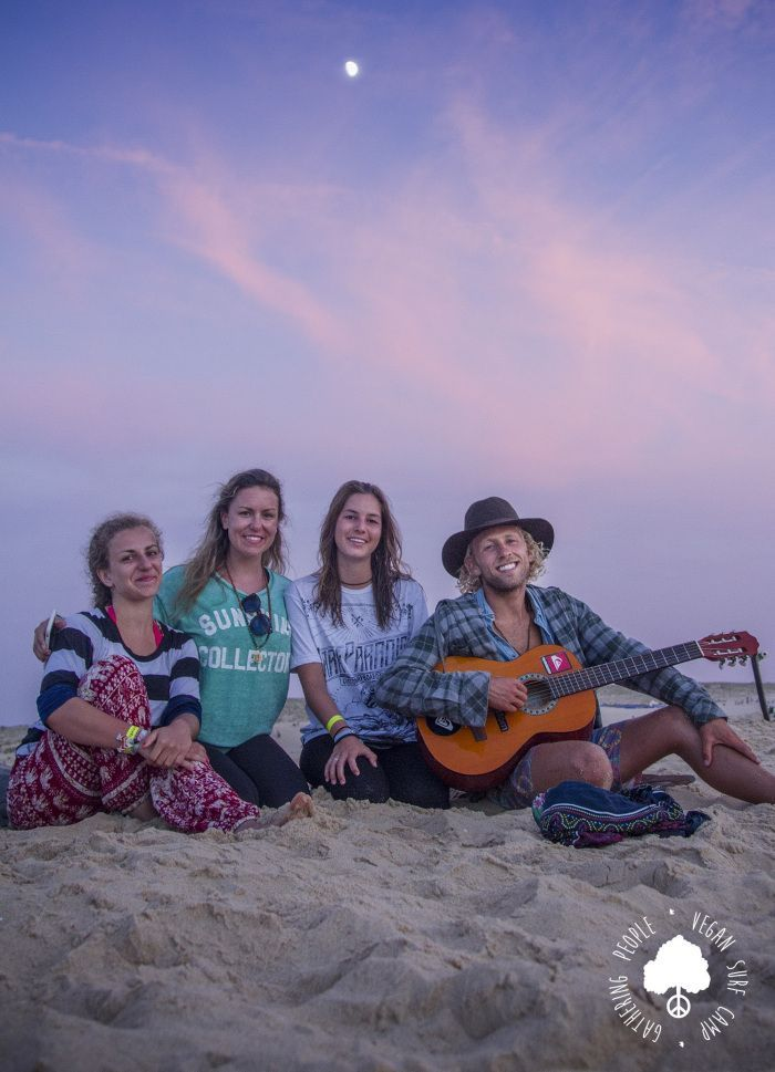 Tocando la guitarra Vegan Surf Camp Francia