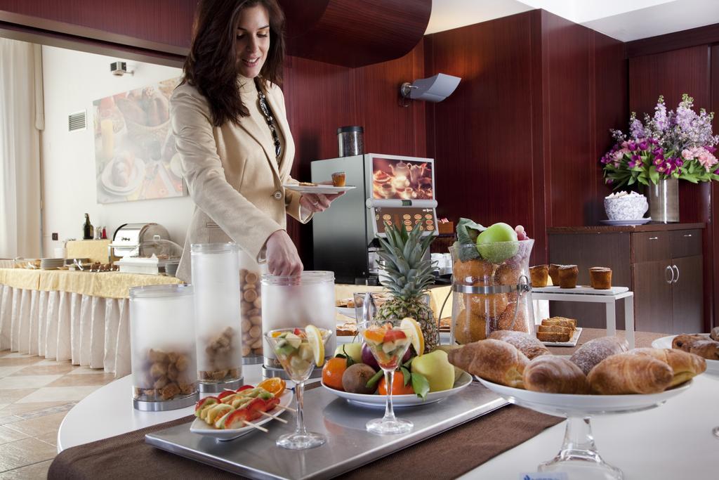 Chica en el buffet del Imperial Hotel en Bolonia