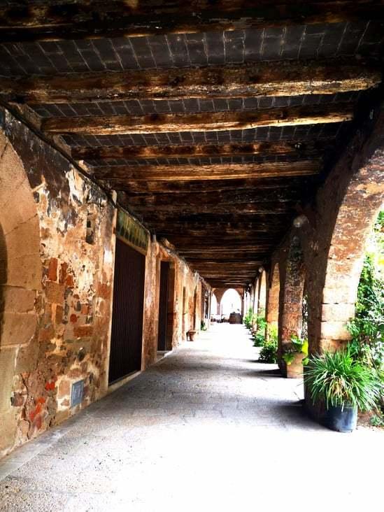 Soportales en la plaza del castillo de Santa Pau